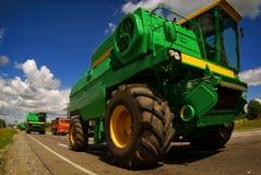 Erntemaschine, die auf Asphaltstraße fährt Stockfotos