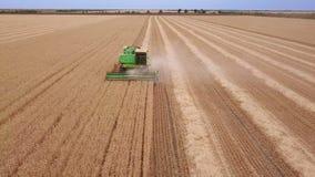 Erntemaschine erntet Weizen Schattenbild des kauernden Geschäftsmannes stock footage