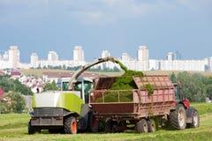 Erntemaschine während der Landarbeiten Lizenzfreie Stockbilder