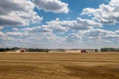 Erntemaschinen auf dem Gebiet im Herbst Lizenzfreie Stockbilder