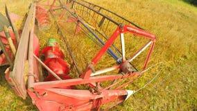 Erntemaschinenernten und -Würfe heuen auf dem Feld stock footage