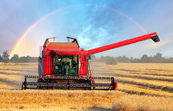 Erntemaschinenmaschine mit Regenbogen Lizenzfreie Stockfotos