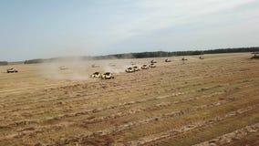 Ernten auf dem Feld stock video footage