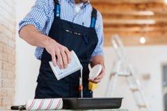 Ernten-Bild eines Heimwerkers, der sich vorbereitet zu malen Lizenzfreie Stockfotografie
