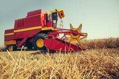 Ernten der Weizenerntemaschine an einem sonnigen Sommertag stockfoto