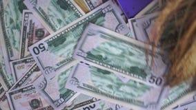 Ernten des Geldes vom Boden stock video footage