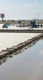Ernten des Salzes in der bulgarischen Schwarzmeerküste Stockbilder