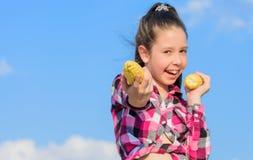 Ernten und Spaß Kinder lieben Maisnahrung Maisvegetarier und gesundes Bioprodukt Vegetarisches Nahrungskonzept zicklein stockfoto