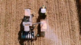 Ernten von Maisluftdetails Landwirt, der Mähdrescher, Traktor und Maschinerie für Herbsternte verwendet stock footage