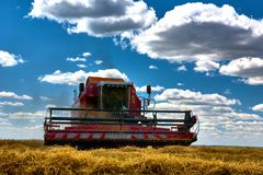 Erntetechniken erntemaschine Ackerland, schräge Felder an einem hellen und sonnigen Tag im Sommer lizenzfreie stockbilder