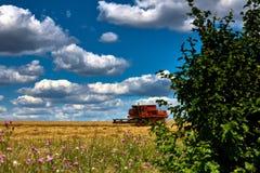 Erntetechniken erntemaschine Ackerland, schräge Felder an einem hellen und sonnigen Tag im Sommer lizenzfreies stockbild