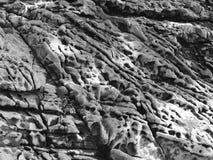 Eroderad sandsten på stranden som orsakas av vind och havet Arkivfoto
