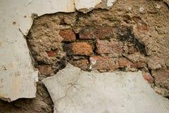 Eroderad texturerad kolonial vägg för tappning i Asien med tegelsten och St Royaltyfria Foton