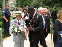 Eroe di guerra che lascia la cattedrale dopo il funerale fotografia stock
