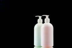 Erogatore di plastica con sapone liquido su un fondo nero Fotografia Stock Libera da Diritti