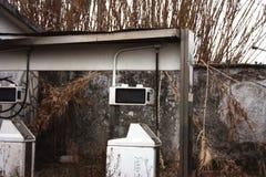 Erogatore inutilizzato di vecchia stazione di servizio abbandonata col passare del tempo fotografie stock