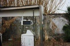 Erogatore inutilizzato di vecchia stazione di servizio abbandonata col passare del tempo fotografie stock libere da diritti