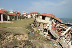 Erosão, alterações climáticas, construção quebrada, Hoi An, Vietname imagem de stock royalty free