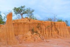 Erosão da terra, formas similares à parede ou penhasco Imagens de Stock
