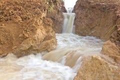 Erosão de solo rapidamente corrmoída da água. fotografia de stock