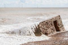 Erosão litoral Formiga-invasão tragando do concreto WW2 da ação da onda Foto de Stock
