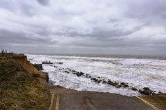 Erosão litoral que ocorre durante uma tempestade do inverno Muitas casas têm sido perdidas recentemente nesta comunidade devido a fotos de stock royalty free