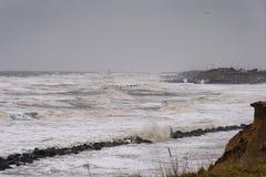 Erosão litoral que ocorre durante uma tempestade do inverno Muitas casas têm sido perdidas recentemente nesta comunidade devido a imagem de stock