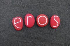 Eros, nome dado masculino com as pedras pintadas vermelhas do mar sobre a areia vulcânica preta fotos de stock