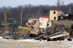Erosión costera - las casas empleadas suelo de arcilla débil resbalan abajo hacia el mar Fotografía de archivo libre de regalías
