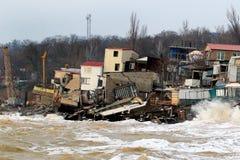 Erosión costera - las casas empleadas suelo de arcilla débil resbalan abajo hacia el mar y se derrumban Fotos de archivo
