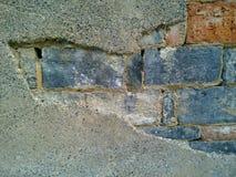 Erosión de paredes de ladrillo expuestas Foto de archivo libre de regalías