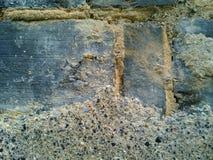 Erosión de paredes de ladrillo expuestas Imágenes de archivo libres de regalías