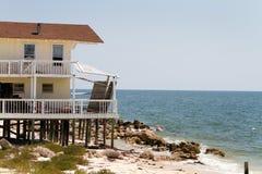 Erosión de playa de la casa Imagen de archivo