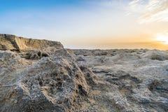 Erosión en la superficie rocosa, puesta del sol con la opinión sobre ciffs rocosos Imagenes de archivo