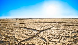 Erosie in de woestijn door Zout meer van Varzaneh in Iran royalty-vrije stock afbeeldingen