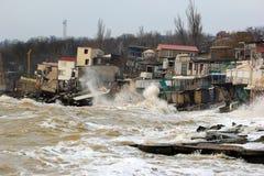 Erosione costiera - le case costruite sul terreno argilloso debole fanno scorrere giù al mare fotografia stock