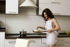 erotica Ama de casa atractiva que cocina en cocina Imagen de archivo libre de regalías