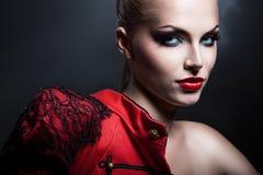 Erotische blonde sexy Frau in der roten Jacke Stockbilder