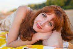 Erotisches Mädchen auf Kai von Fluss Volga Stockbild