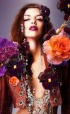 Erotisk kvinna med silvertillbehören Royaltyfri Foto