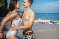 Erotiska par på stranden, havssikt Resa på Bali royaltyfri bild