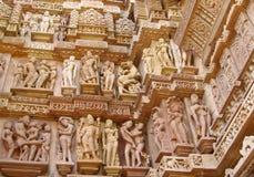 Erotiska skulpturer i Khajuraho tempelgrupp av monument i Indien Fotografering för Bildbyråer