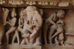 Erotyczna rzeźba przy Khajuraho świątynią, India zdjęcie royalty free