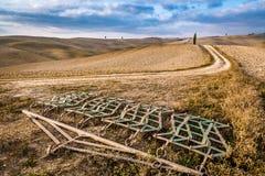 Erpici su un campo marrone in Toscana all'autunno Fotografie Stock Libere da Diritti