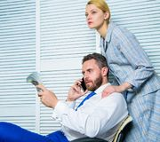 Erpressungs- und Gelderpressung Illegales Geldgewinnkonzept Mann sprechen Handy, um Geld zu bitten Komplizen finanziell lizenzfreies stockbild