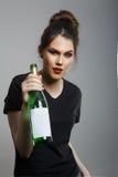 Erregen Sie die betrunkene Frau Schwindel, die Flasche hält Stockbilder