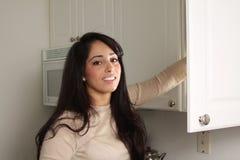 Erreichen in der Küche Lizenzfreie Stockfotografie