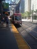 Erreichen eines Zugs in im Stadtzentrum gelegenem Calgary Lizenzfreies Stockfoto