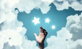 Erreichen Sie und berühren Sie den Stern Stockbilder