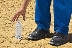 Erreicht für Wüsten-Tafelwasser stockfotografie